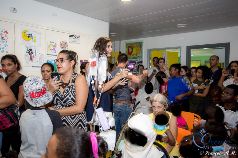 Maître Gims et Miss Réunion avec les enfants hospitalisés au CHU