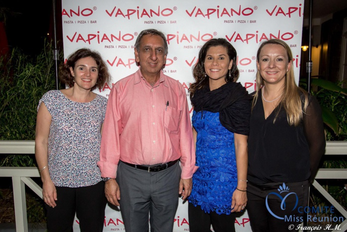 Aziz Patel du Comité Miss Réunion avec l'équipe du Vapiano
