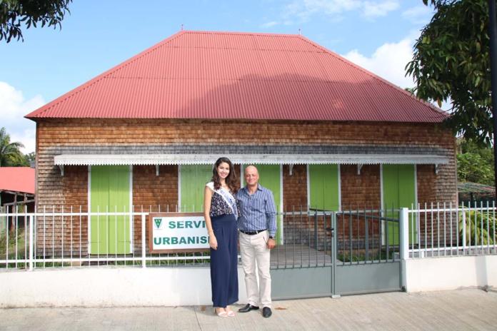 Ambre N'guyen et Patrick Bègue, adjoint au maire, devant la case créole du Service Urbanisme