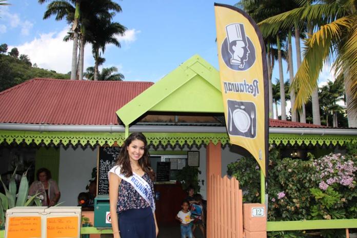 """Devant le restaurant """"Le Royal Palmiste"""""""