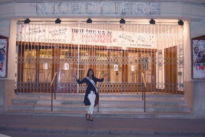 Audrey Chane Pao Kan devant le Théâtre de La Michaudière