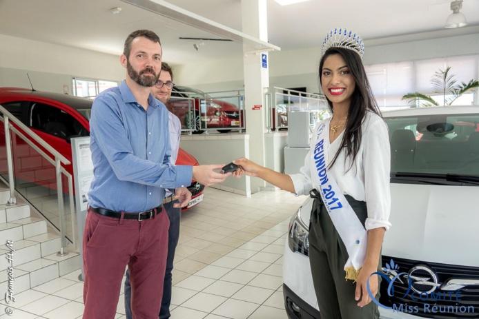 Jean-Pierre Passimourt remet la clé à Miss Réunion 2017