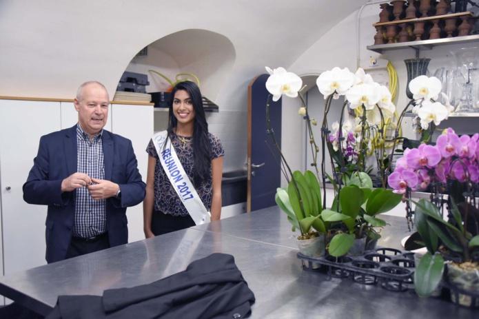 Alain Fourniaud lui a expliqué comment sont préparés les bouquets