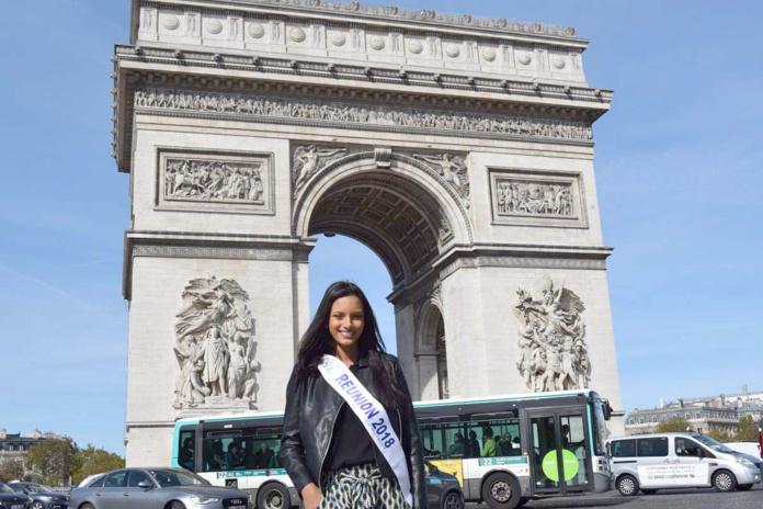 Devant l'incontournable Arc de Triomphe...