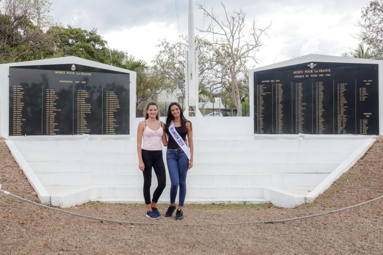 Annabelle et Morgane devant la stèle dédiée aux disparus...