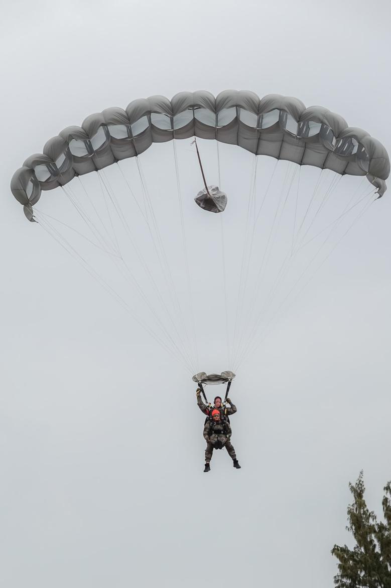 Morgane Soucramanien et Annabelle Lebreton en parachute avec le RPIMa