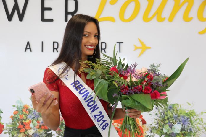Miss Réunion fière du bouquet qu'elle a réalisé!