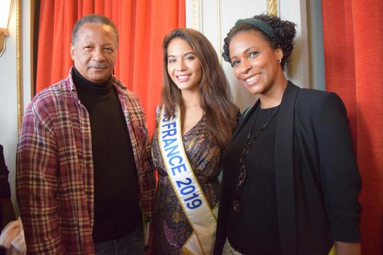 Vaimalama Chaves entourée de René Joachim, délégué Martinique, et Sandra Bisson, déléguée Guadeloupe