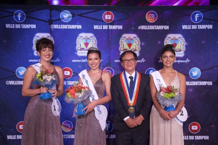 Les lauréates Miss Plaine des Cafres 2020 avec André Thien Ah Koon, maire de la Ville du Tampon