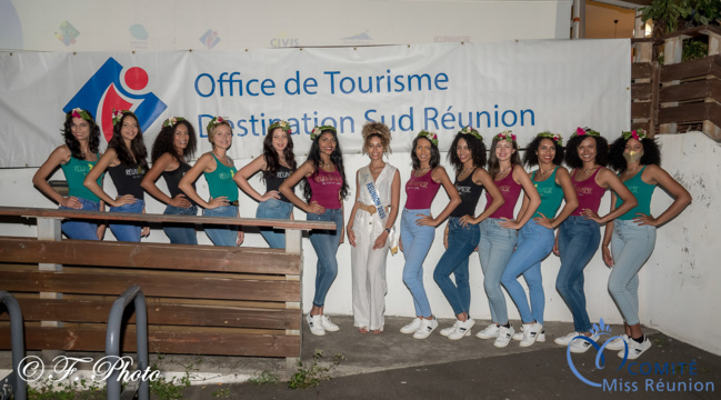 Les 12 candidates Miss Réunion 2021 avec Lyna Boyer, Miss Réunion 2020