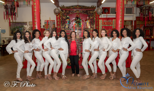 Les 12 candidates avec Josiane Chane Yin dans le temple Li Si Tong