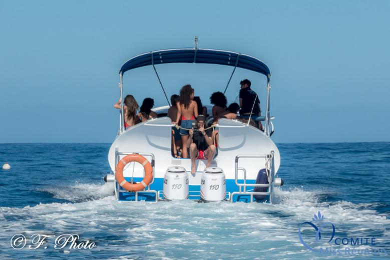 Mer bleue, ciel bleu, temps idéal pour une balade en bateau