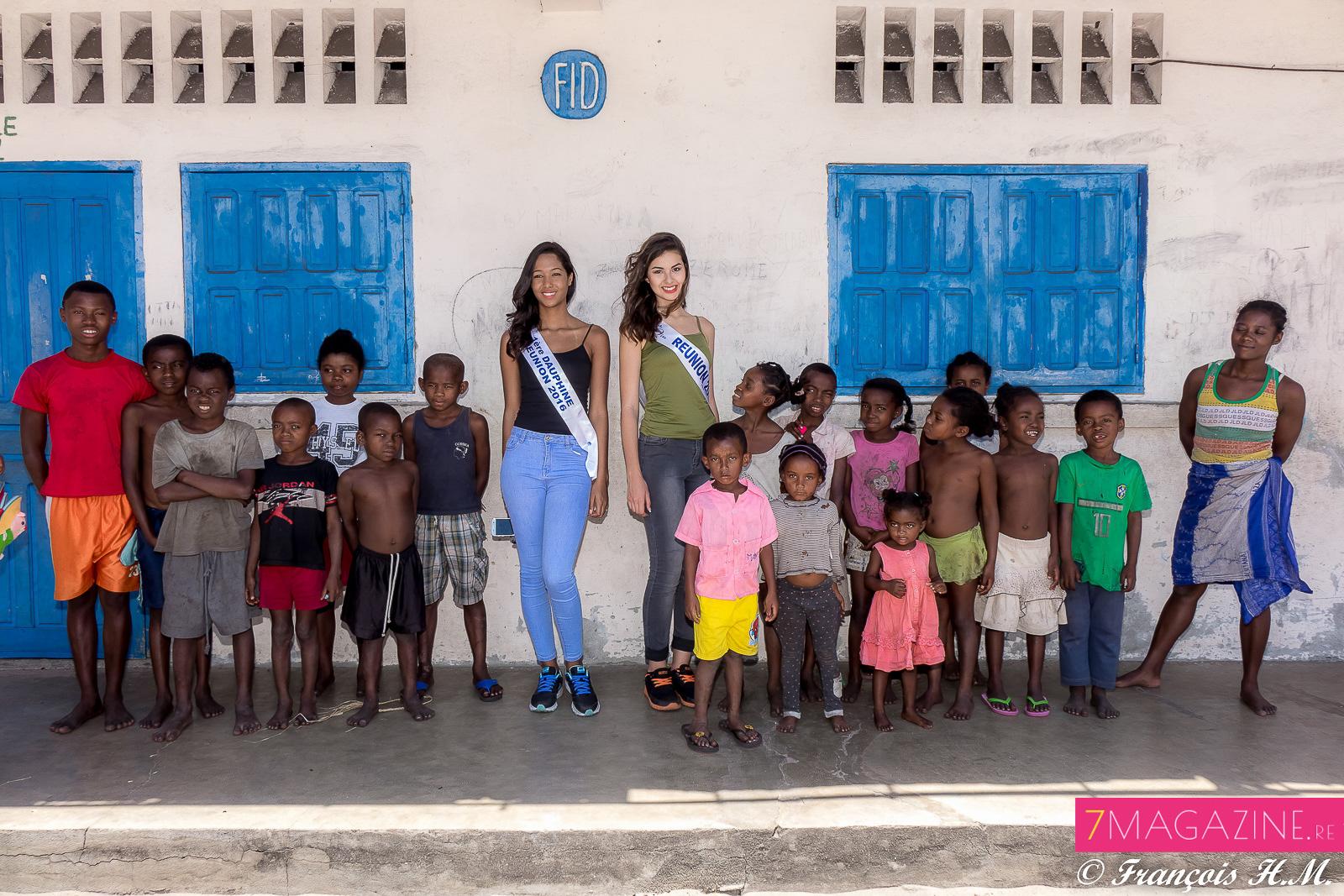 Avec les enfants du village des pêcheurs, devant l'école