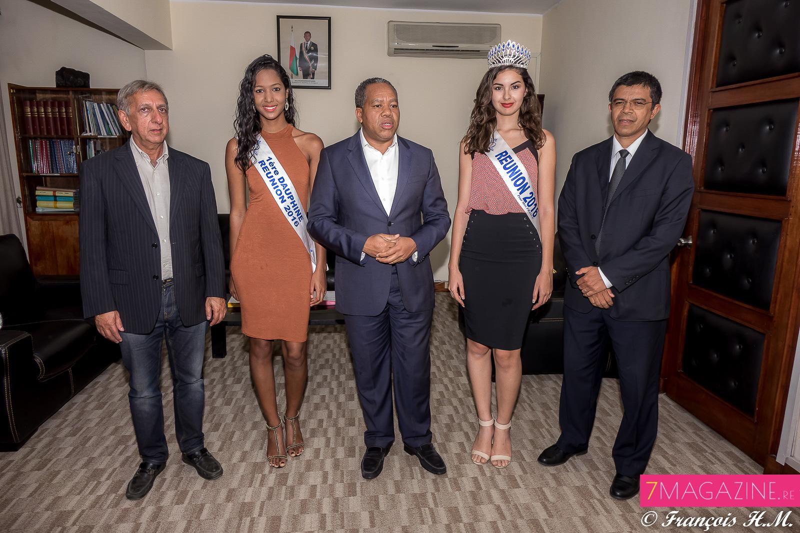 Aziz Patel, du Comité Miss Réunion, Raïssa Cadarsi, Roland Ratsiraka, Ambre N'guyen, et Tokiarifety Rabeson, le directeur général de Développement du Tourisme de Madagascar