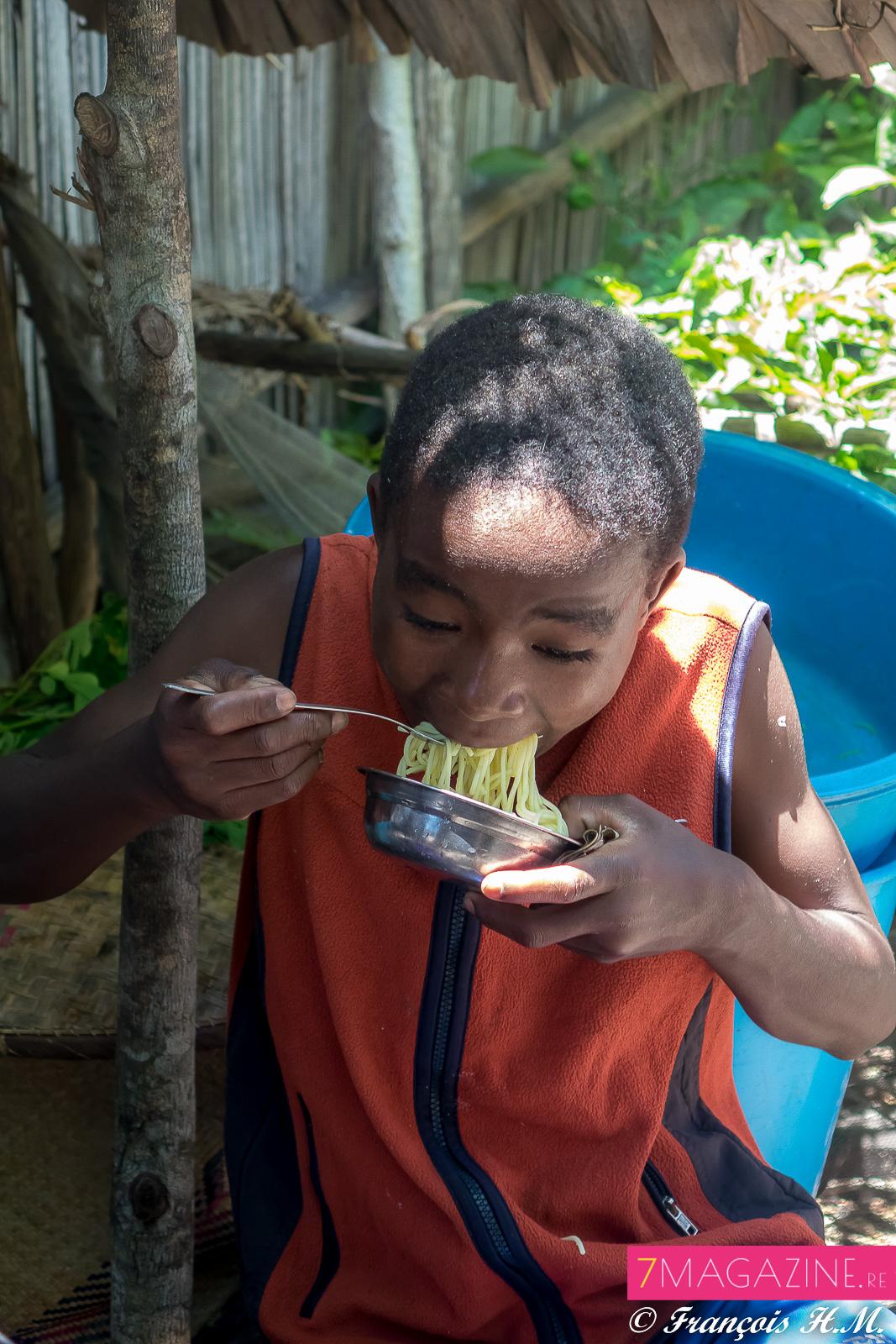 Ambre et Raïssa dans un village de pêcheurs à Madagascar