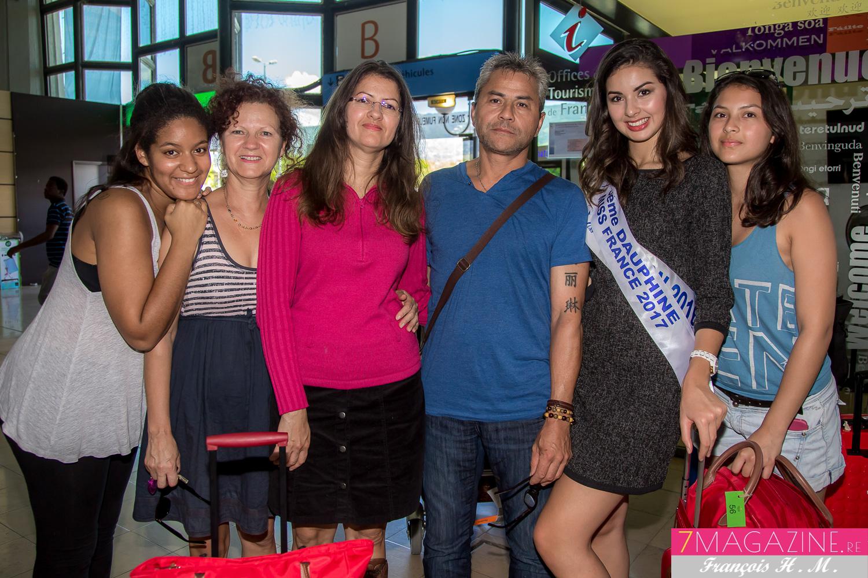 Photo de famille avec ses parents Marie-Line et Jean-Marie, sa soeur et des amies