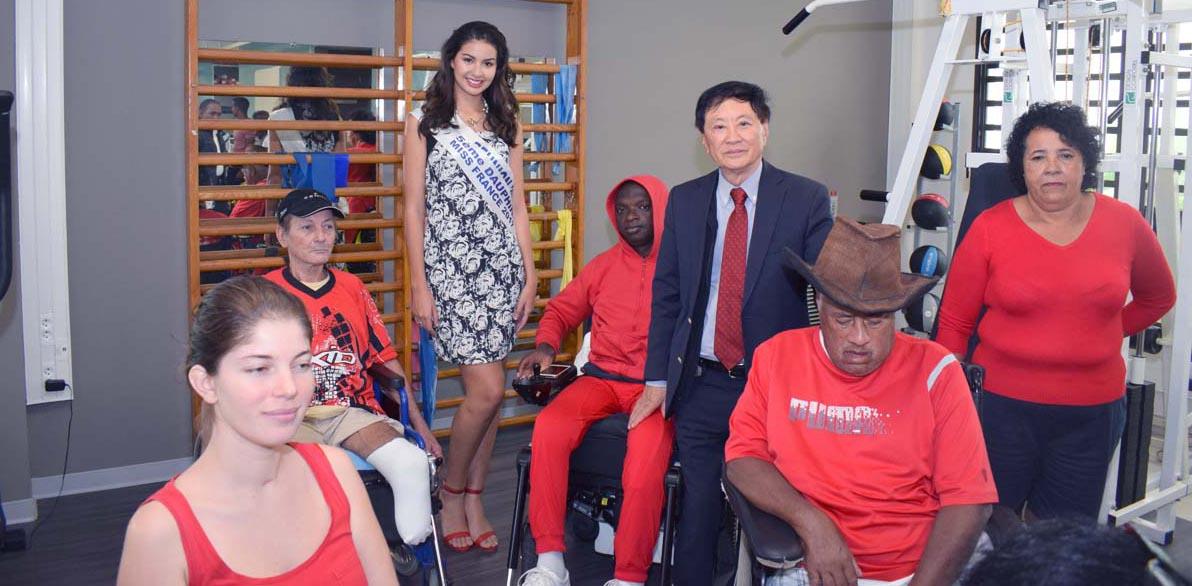 Ambre N'guyen et André Thien Ah Koon au milieu des patients de l'hôpital du Tampon