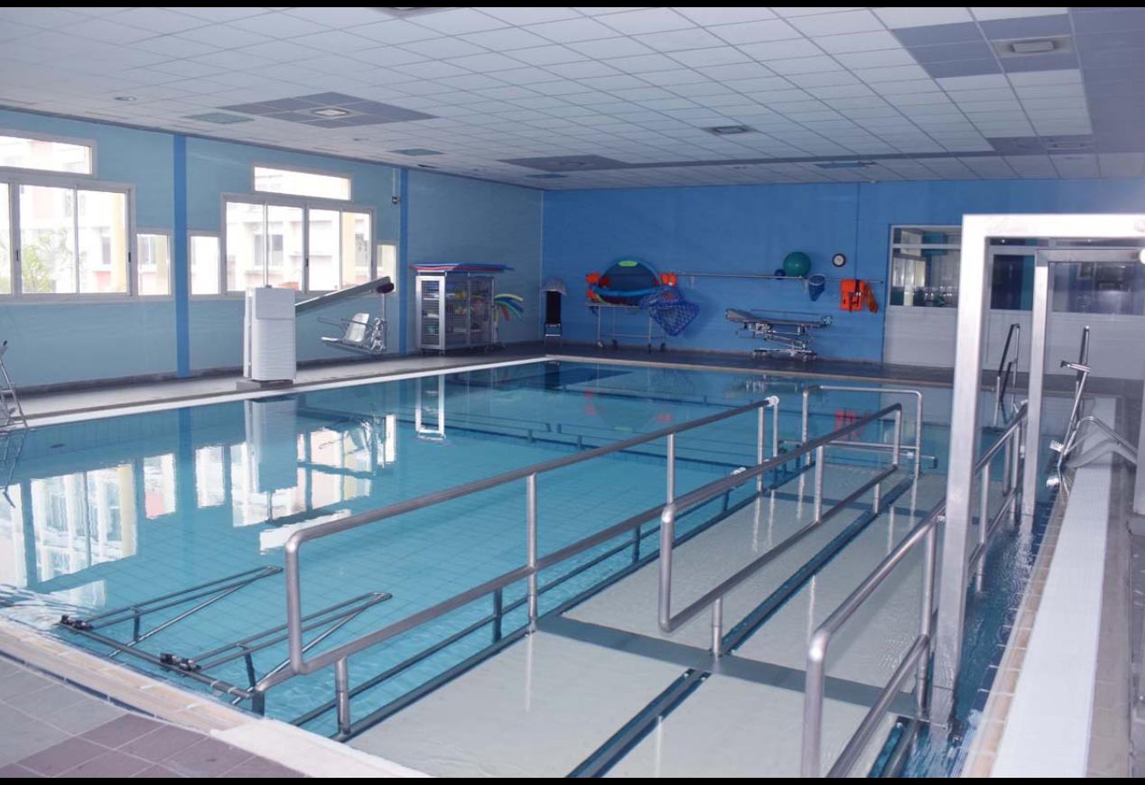 La piscine du CHU du Tampon, très bien aménagée pour soigner les patients, avec divers postes