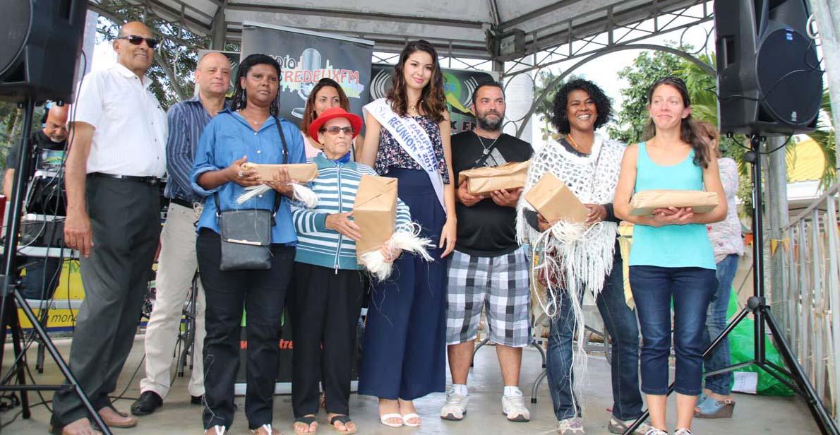Ambre N'guyen avec les participants au concours de tressage du choca