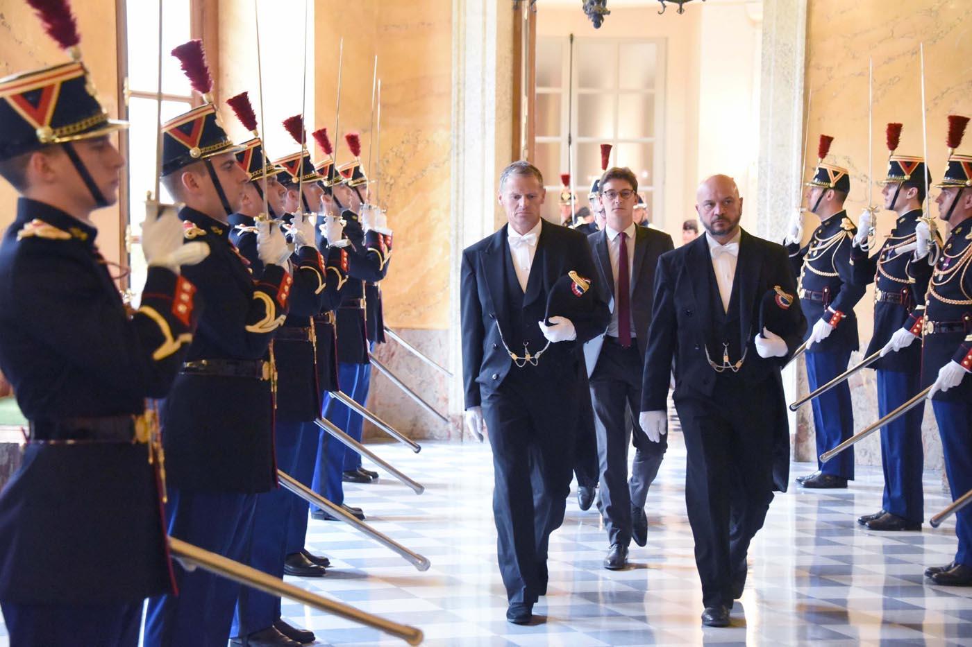 L'arrivée du président ou du vice-président le cas échéant est un moment solennel...