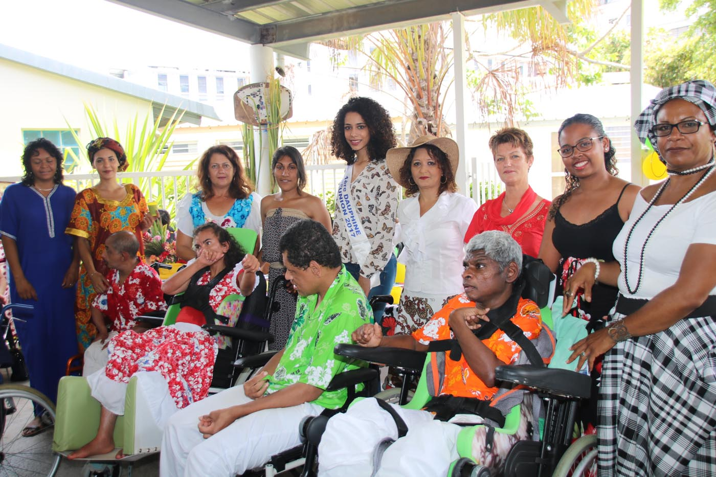 Avec quelques personnes handicapées et le personnel soignant