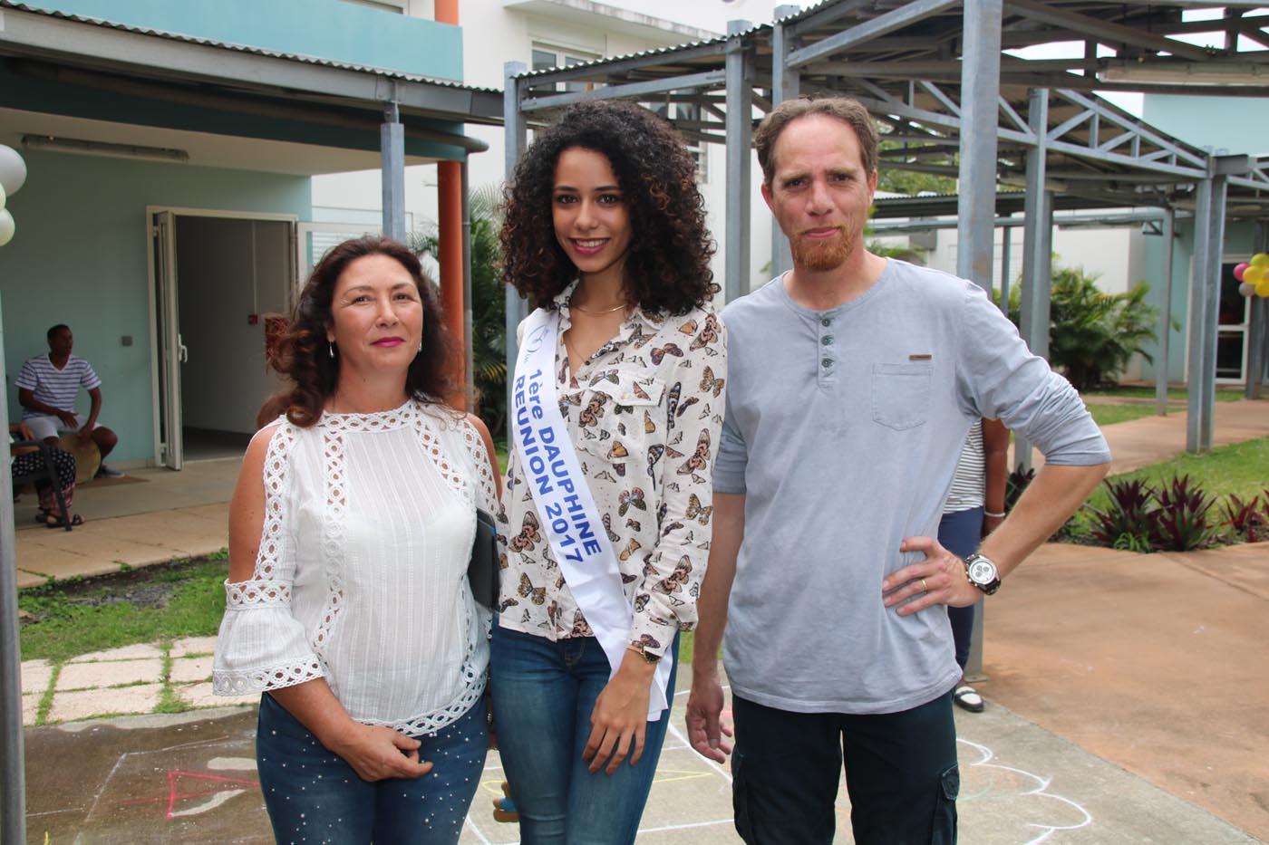 Lyna entourée de Marie-Claude et Sébastien, cadres de l'établissement