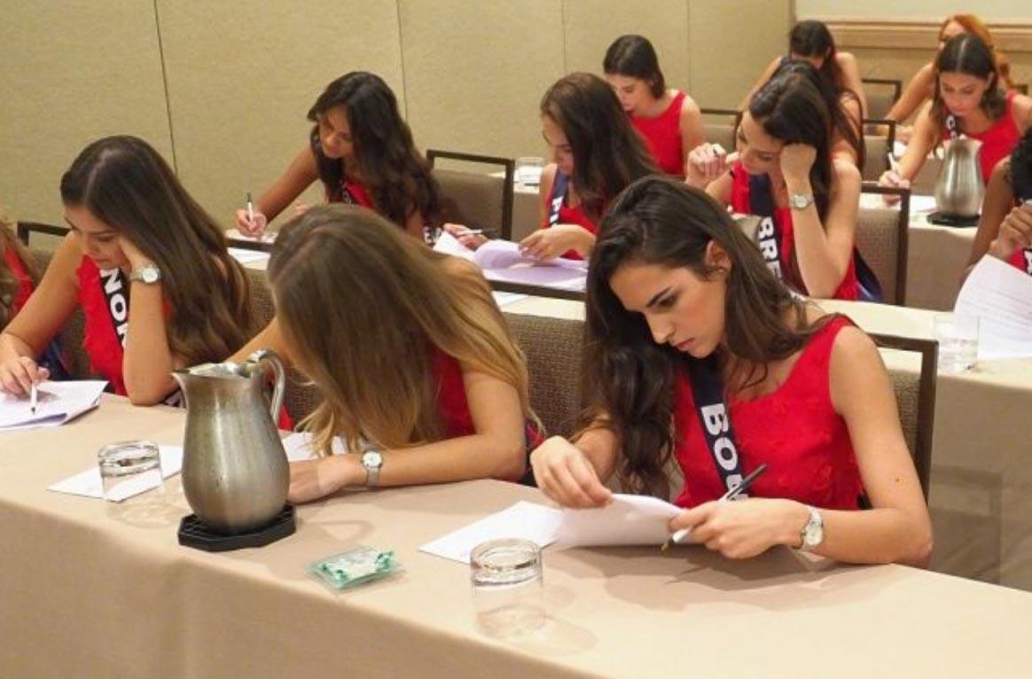 Les candidates en pleine concentration dans une salle de l'hôtel où elles logent à Palm Springs (photo TF1)