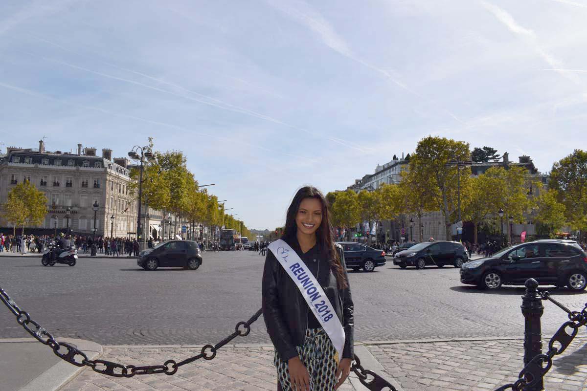 Les Champs Elysées juste derrière elle...