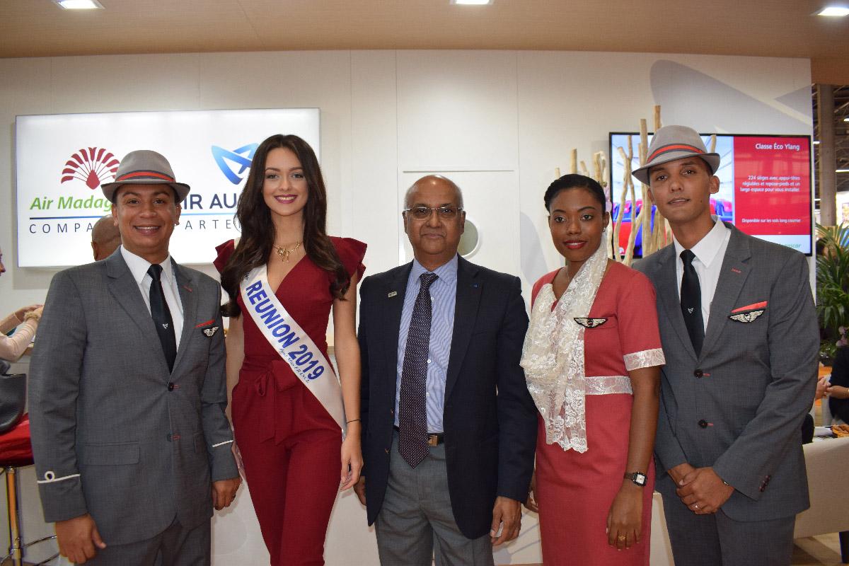 Avec Marie-Joseph Malé, président d'Air Austral, et l'équipe d'Air Austral; compagnie partenaire de Miss Réunion