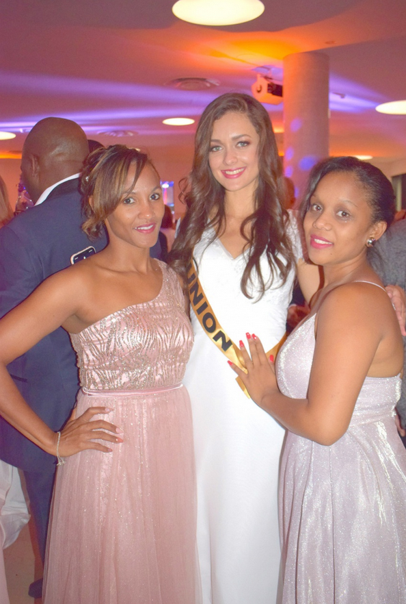 Morgane Lebon avec Lindsay et Anaïck, les gagnantes du jeu Canal+ Réunion