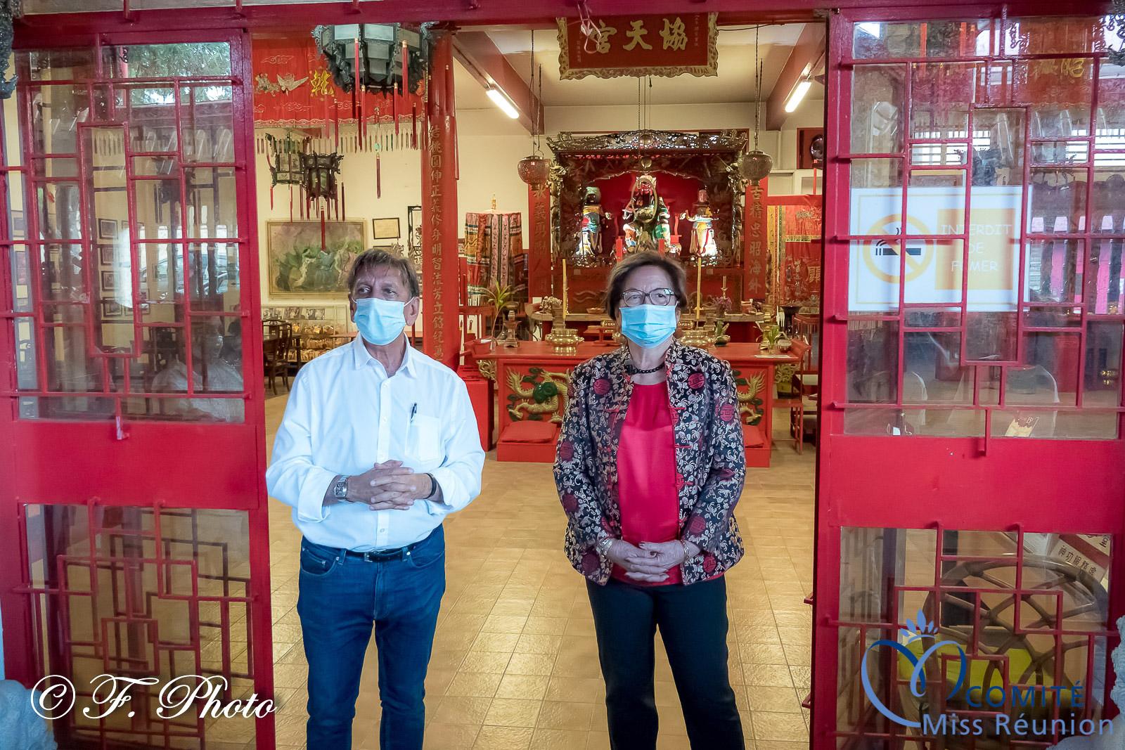 Aziz Patel et Josiane Chane Yin accueillant les candidates
