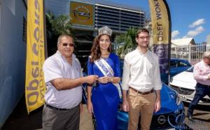 Ambre N'guyen reçoit les clés de sa belle Opel Corsa!