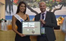 Miss Réunion a reçu son diplôme d'Ambassadrice des mains de Wily Ethève, directeur de l'IRT